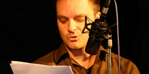 Storytelling auf der Bühne, Oliver Hübner am Mikrophon